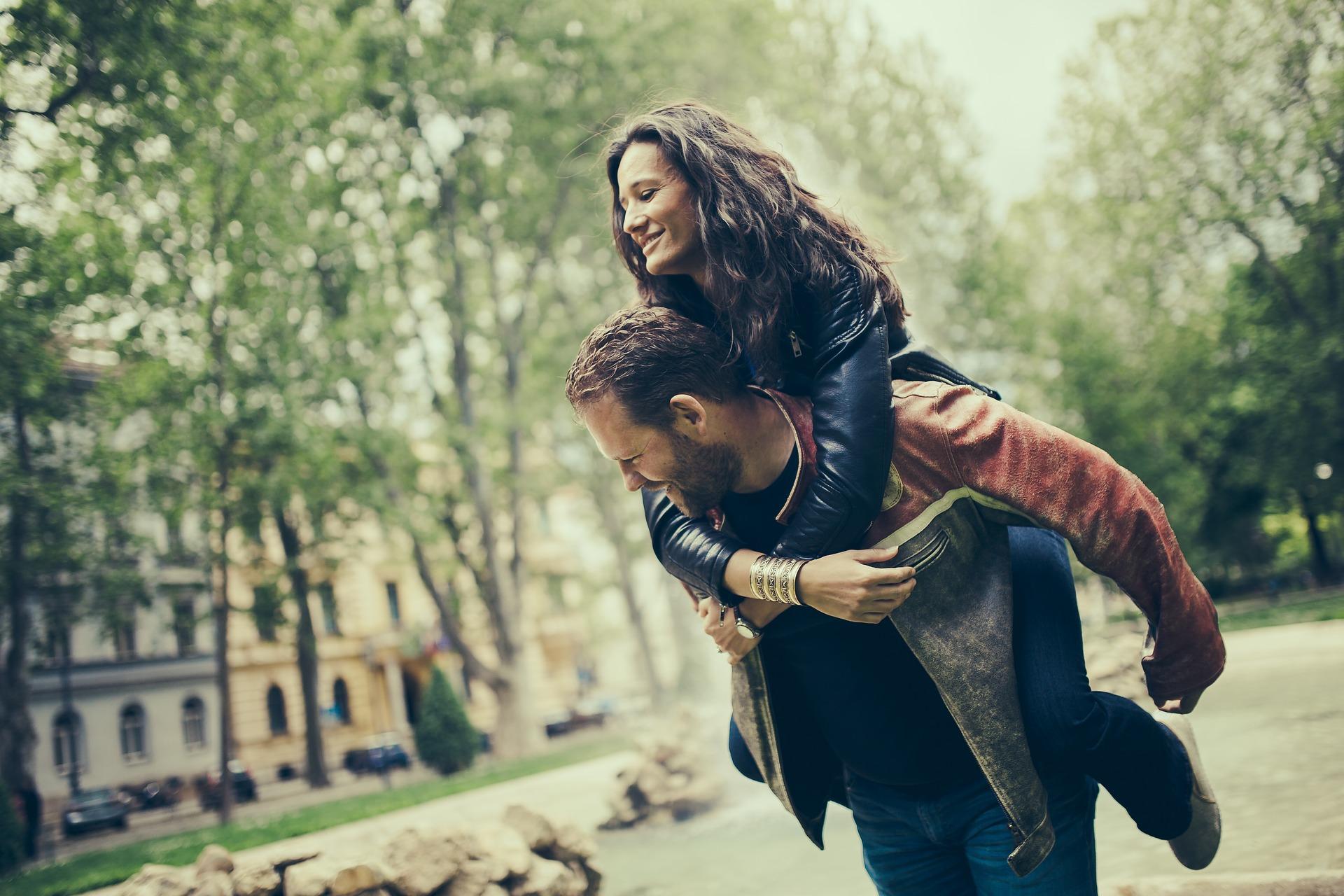 coppia strada felici