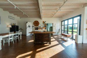 tavolo interno reception finestra sole
