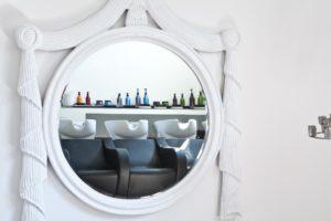 interno parrucchiere specchio