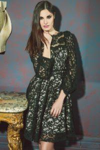 ragazza modella vestito nero tavolo