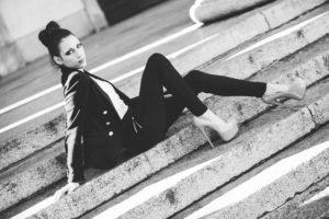 ragazza modella scale bianco nero