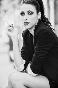ragazza modella sigaretta bianco nero