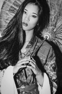 ragazza modella kimono bianco nero