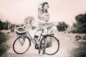 ragazza modella bicicletta lingerie bianco nero
