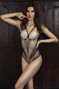 ragazza modella lingerie