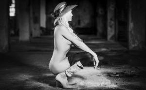 ragazza modella interno magazzino bianco nero