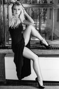 ragazza modella bianco nero finestra