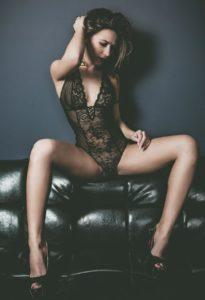ragazza modella lingerie divano