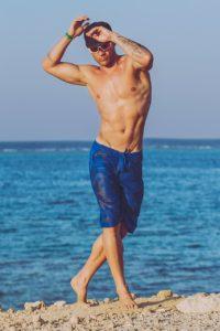 ragazzo modello spiaggia mare costume