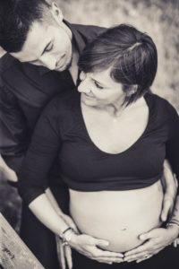 uomo donna gravidanza famiglia bianco nero