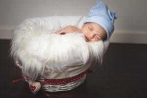 bambino neonato cuffia famiglia culla