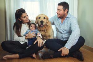 uomo donna bambino cane famiglia