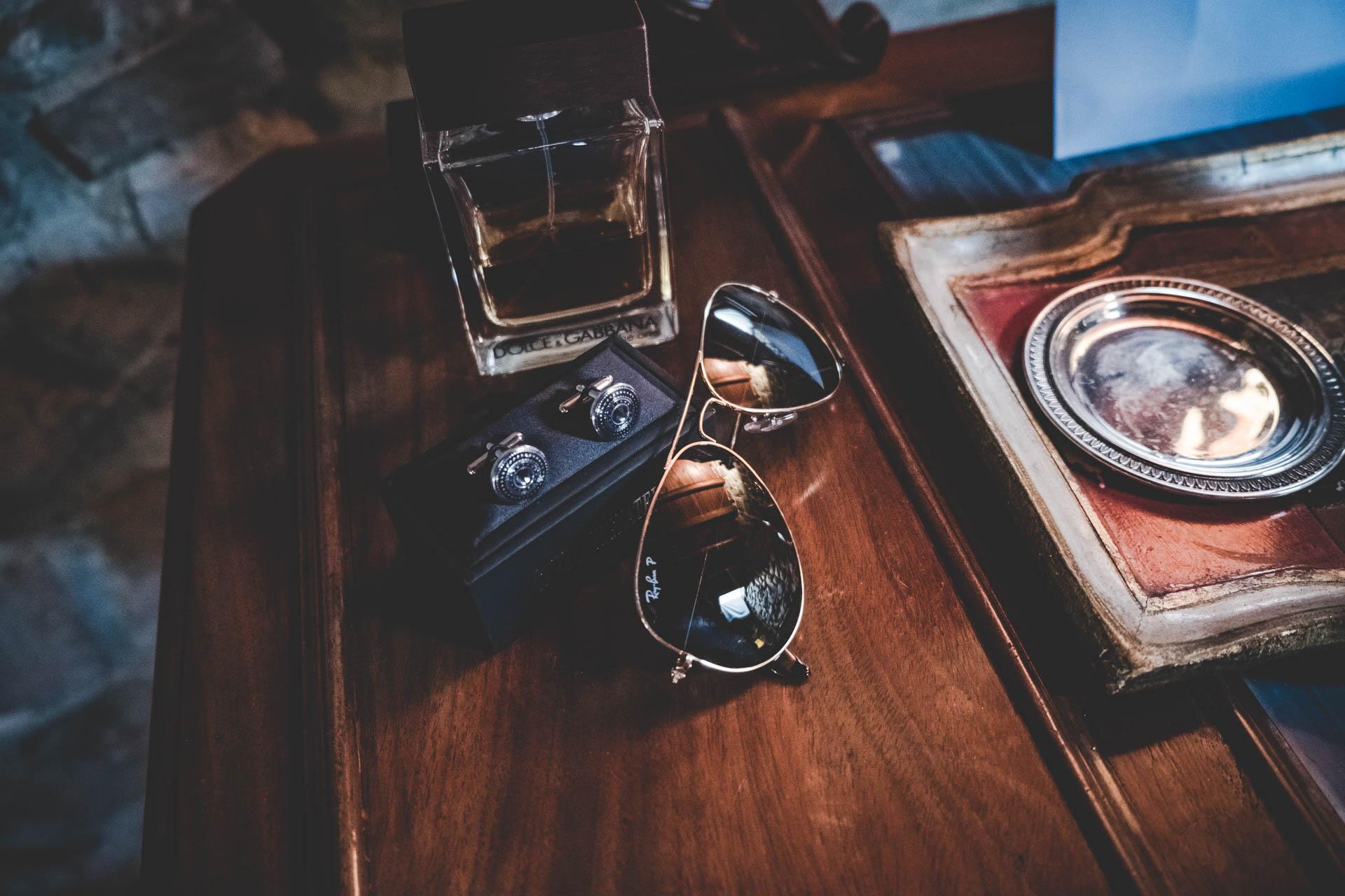 sposo particolari occhiali gemelli profumo