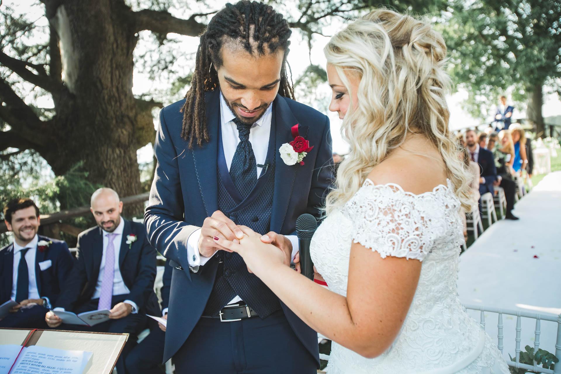 sposi matrimonio celebrazione scambio fedi