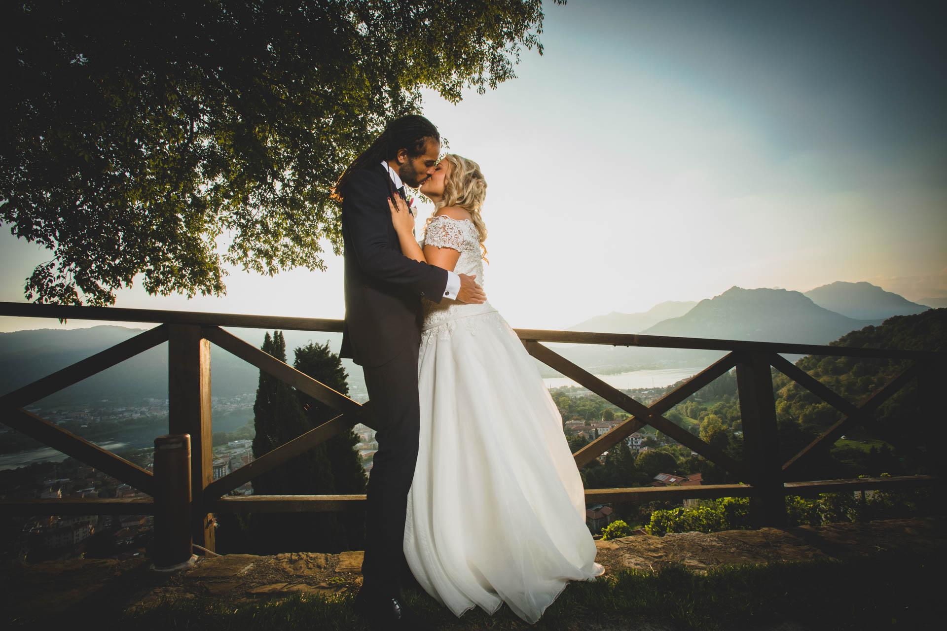 sposi bacio panorama