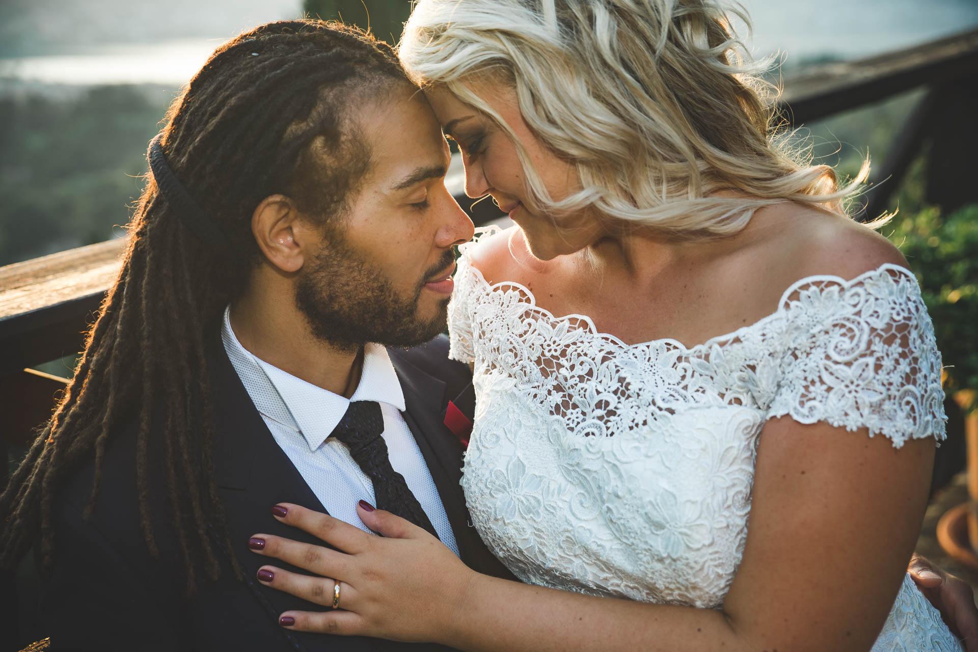 matrimonio sposi abbraccio