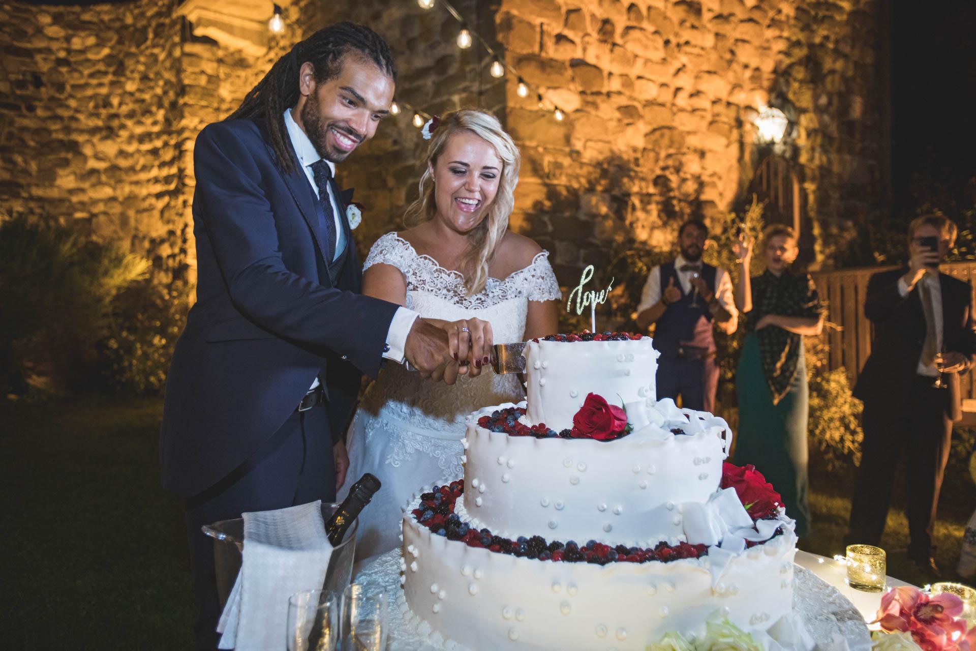 sposi matrimonio taglio torta