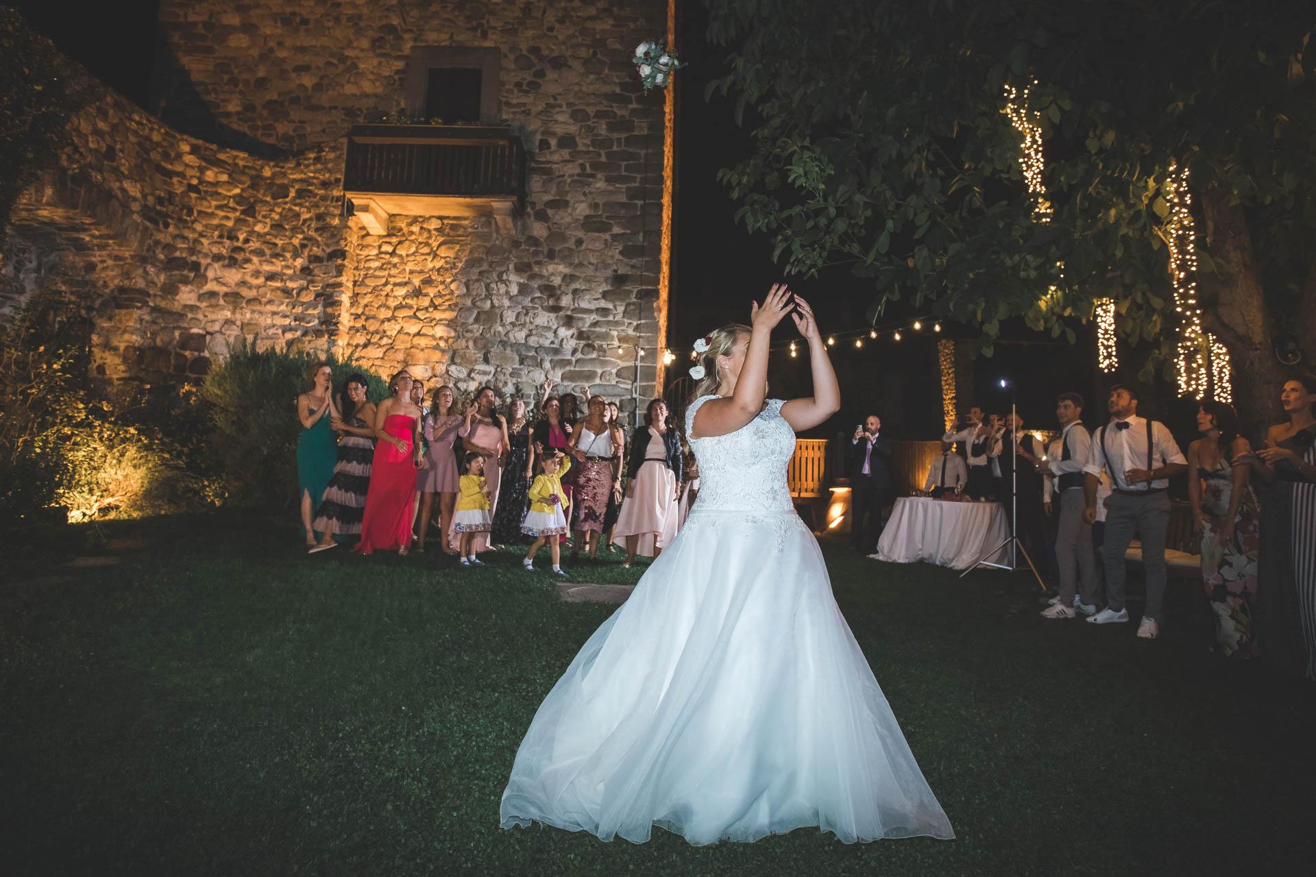 sposa lancio del bouquet invitati ricevimento