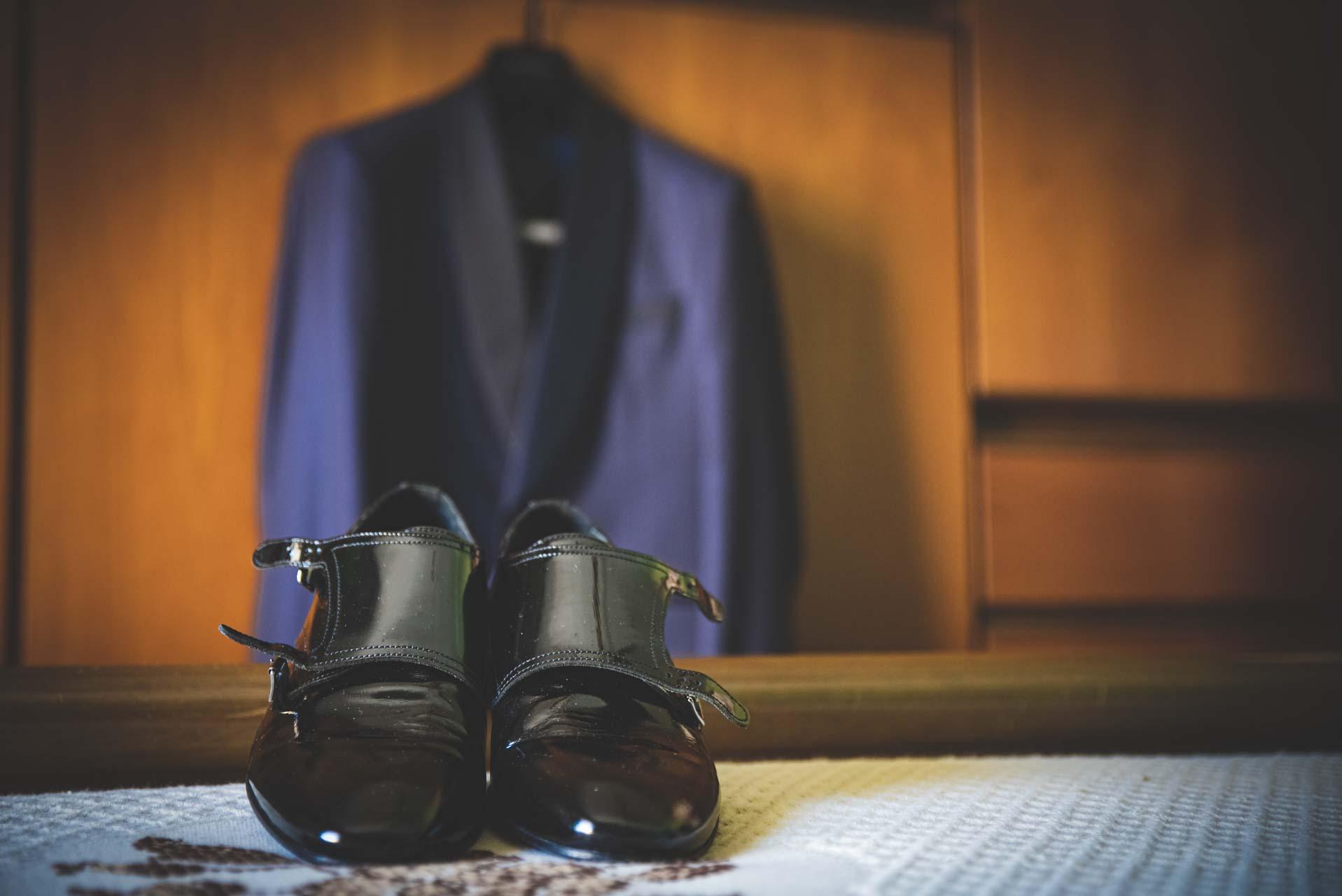 scarpe nere giacca blu armadio