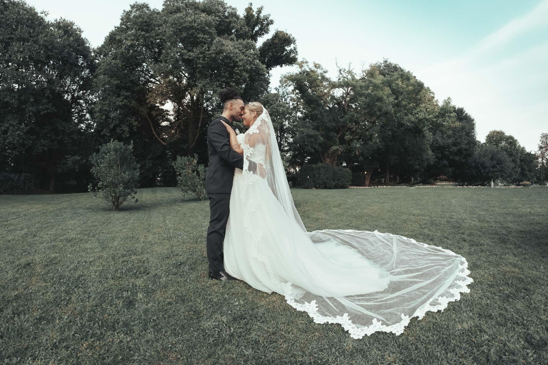 sposi bacio giardino