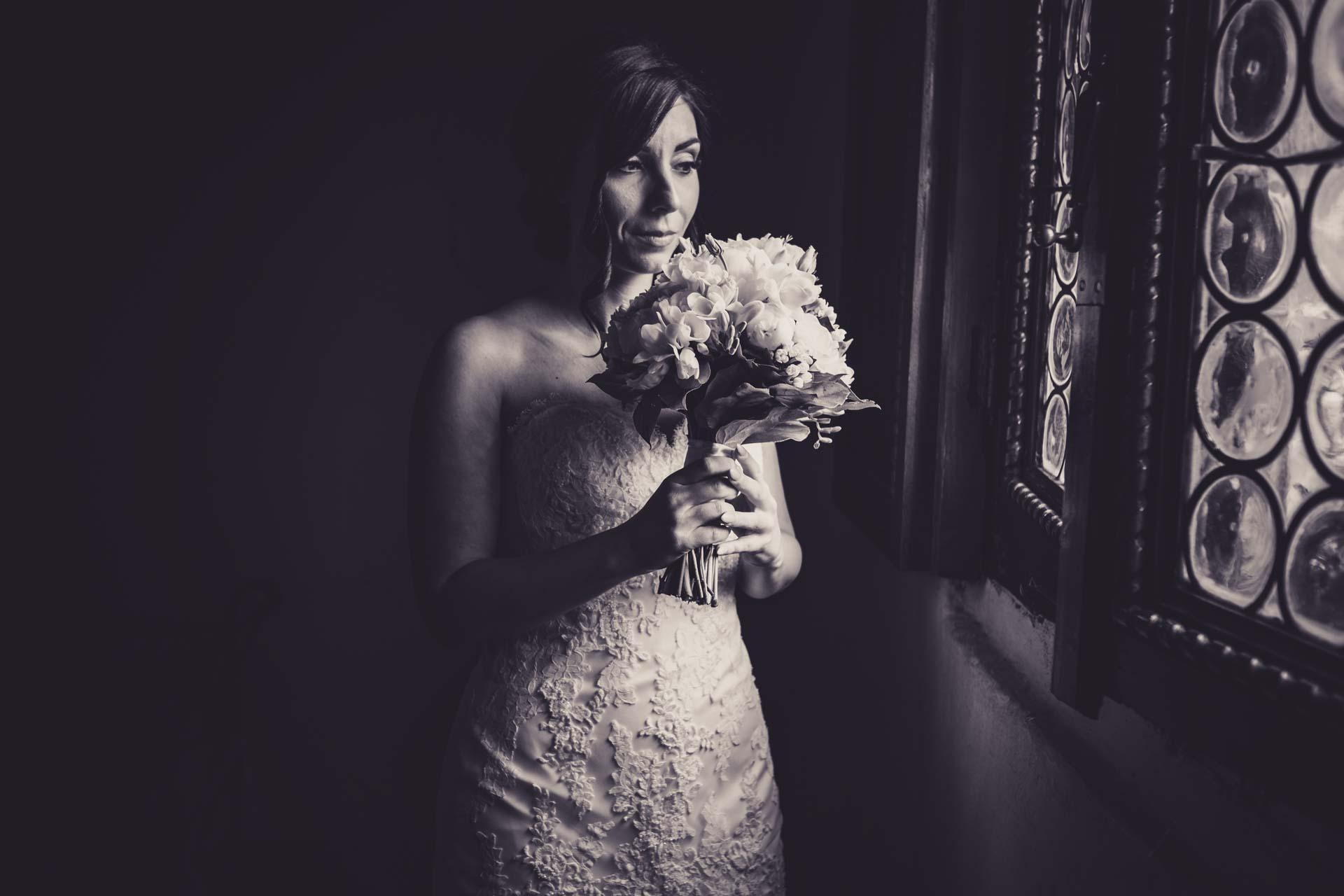 sposa abito bouquet finestra bianco nero