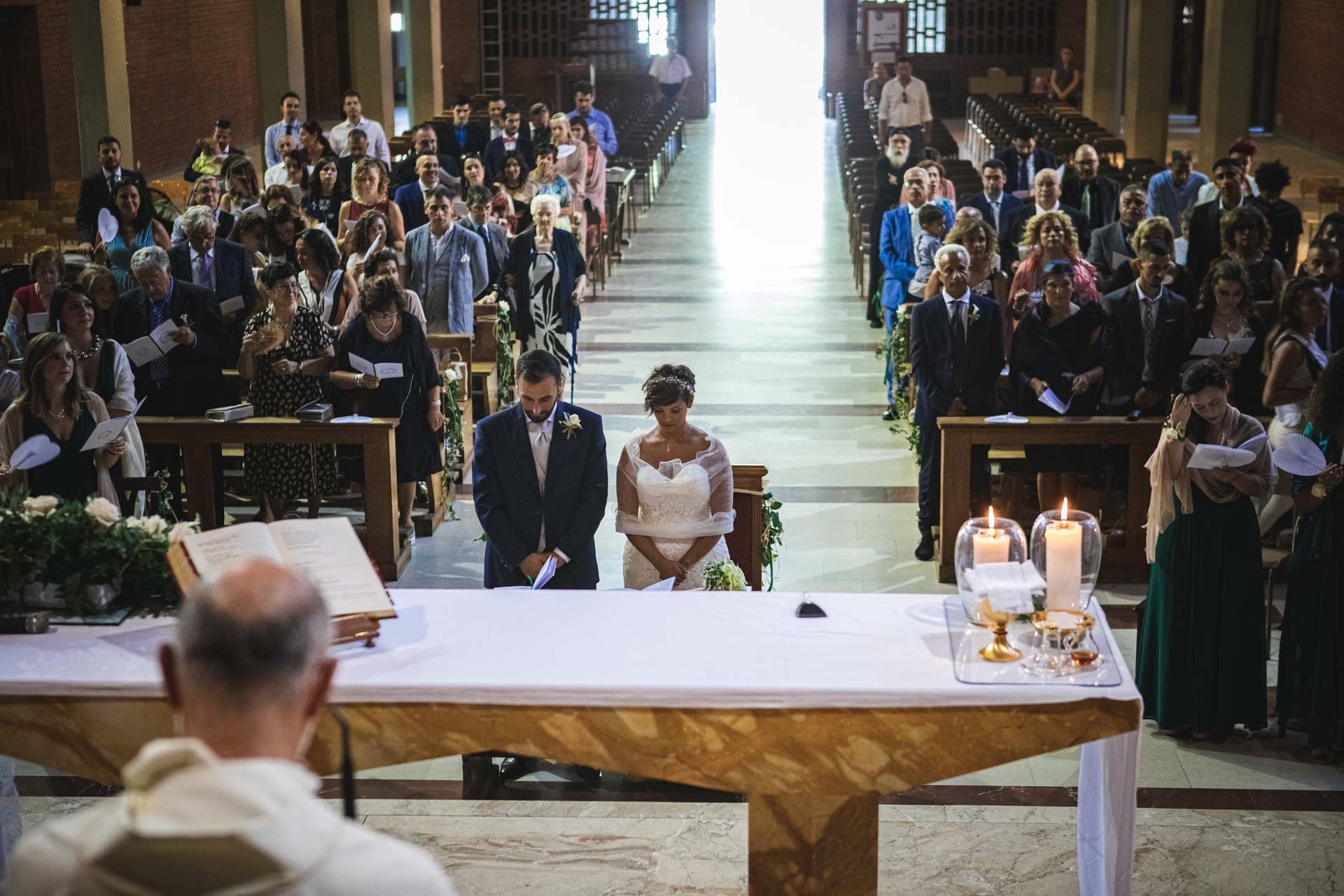 sposi celebrazione matrimonio altare invitati