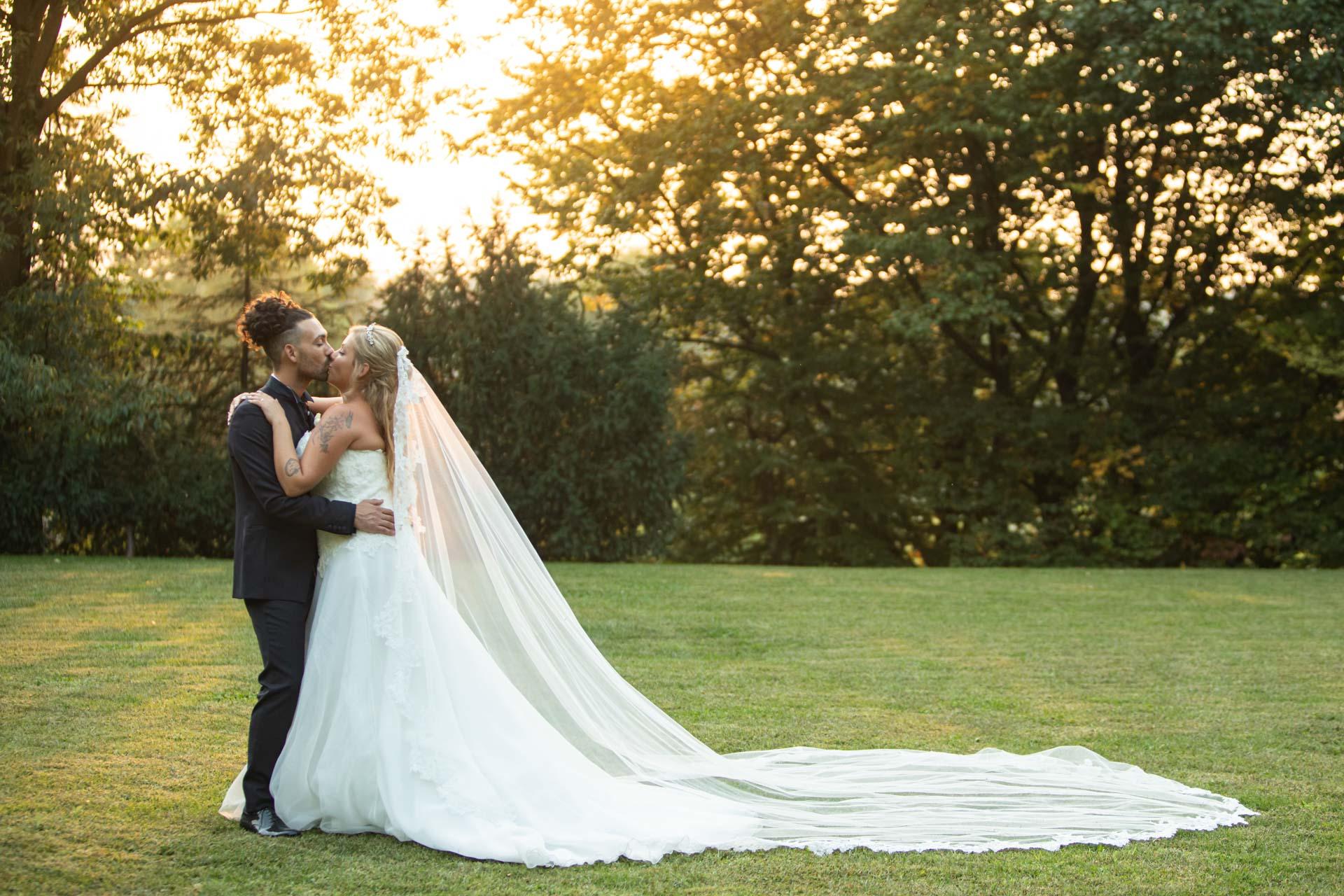 sposi bacio velo giardino