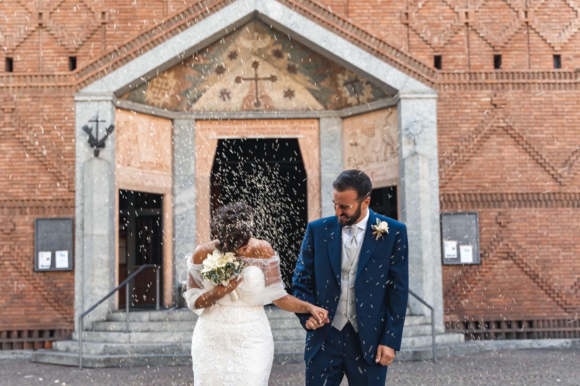 sposi chiesa riso sagrato