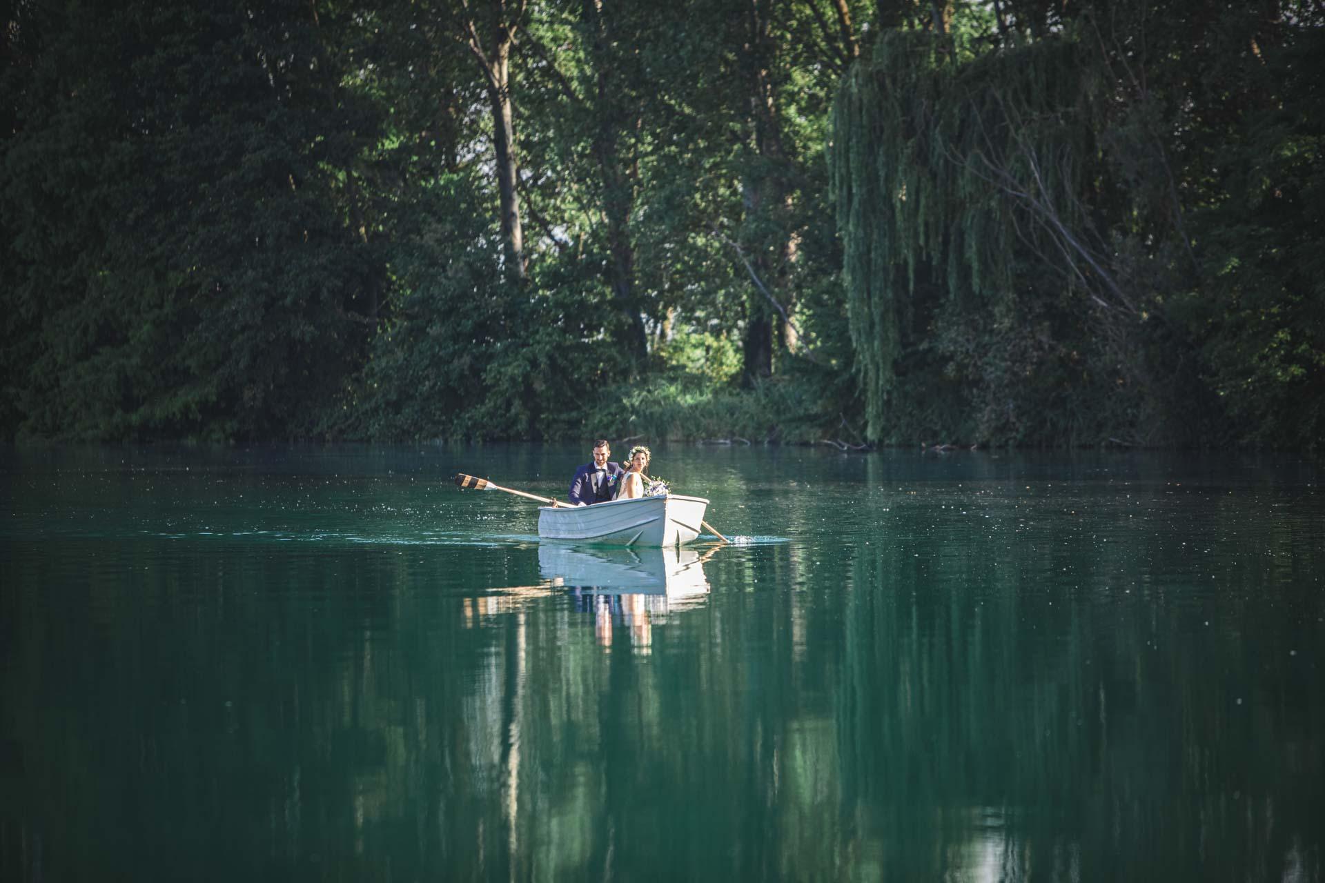 sposi barca fiume