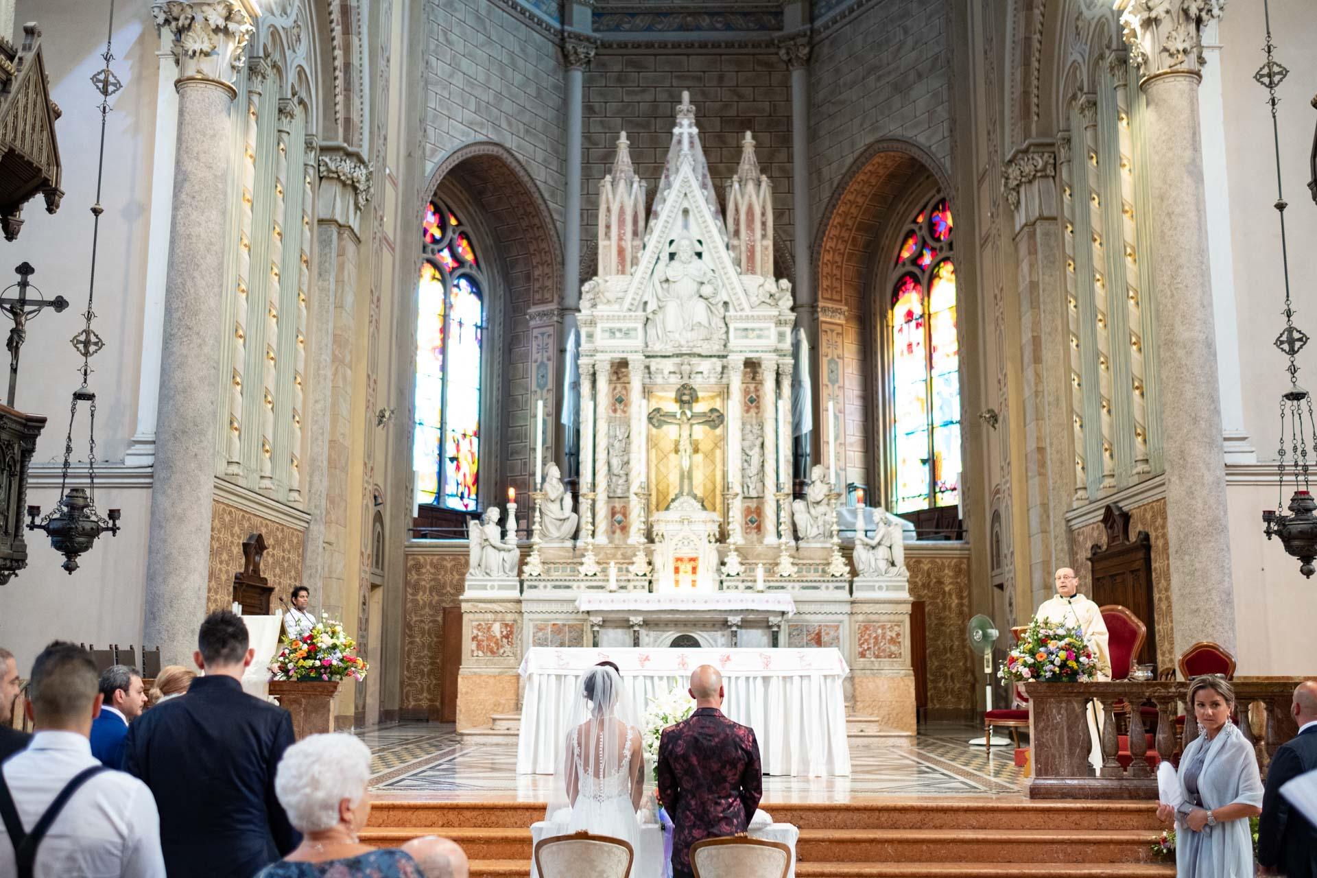 sposi matrimonio chiesa interno altare invitati