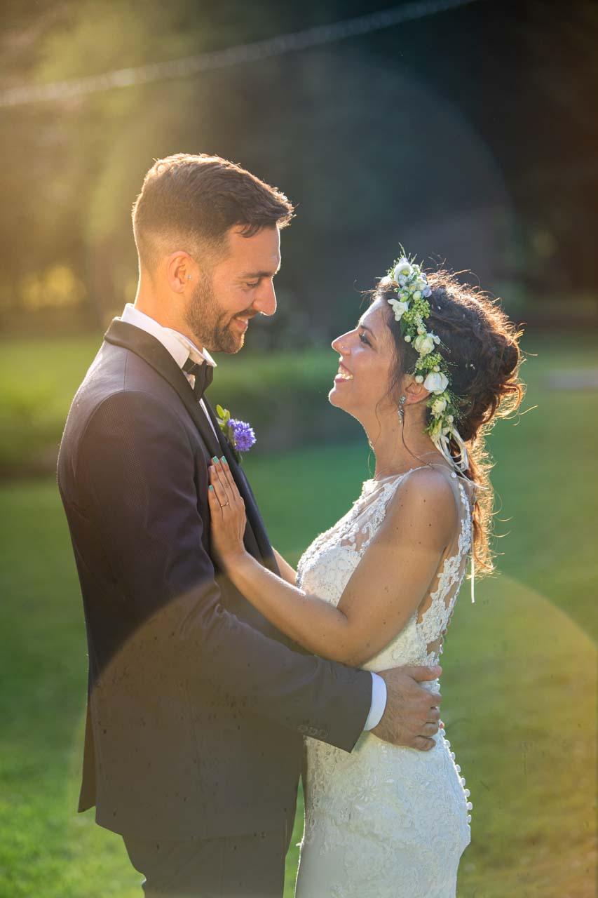 sposi abbraccio profilo