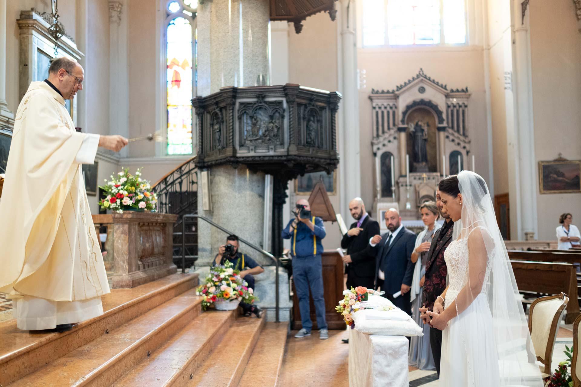 sposi altare chiesa interno sacerdote