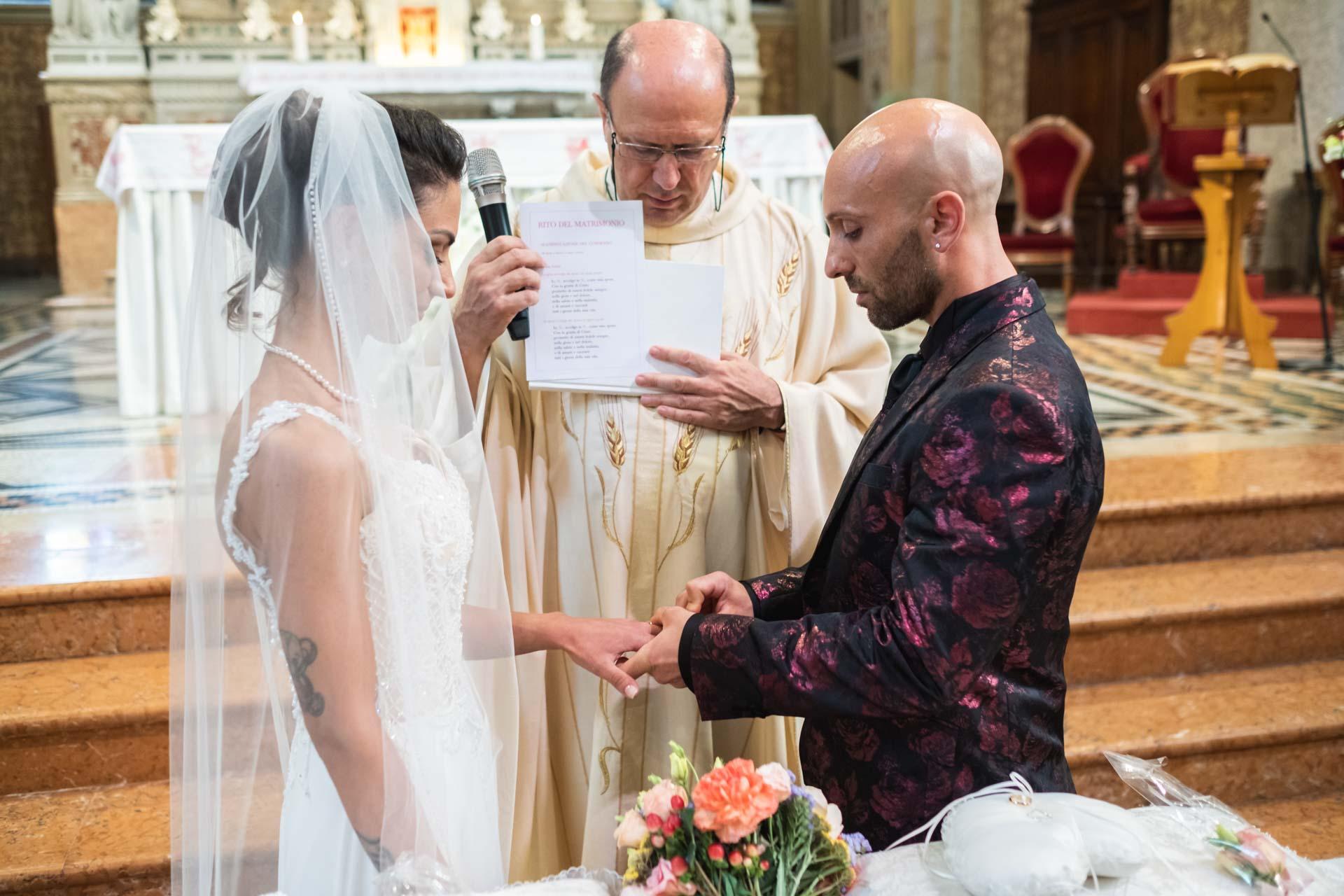 sposi scambio fedi sacerdote altare matrimonio