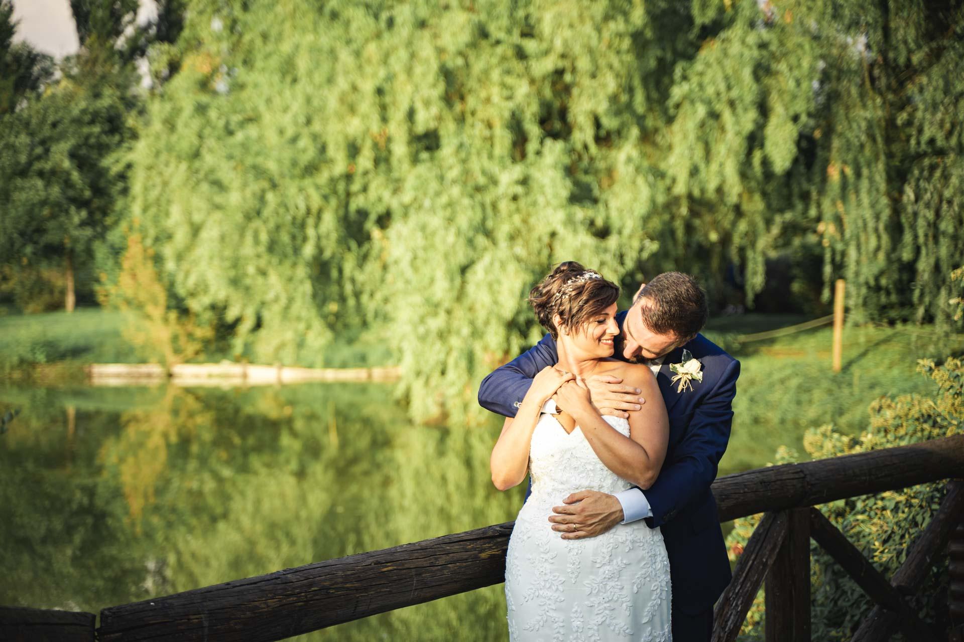 sposi abbraccio esterna laghetto