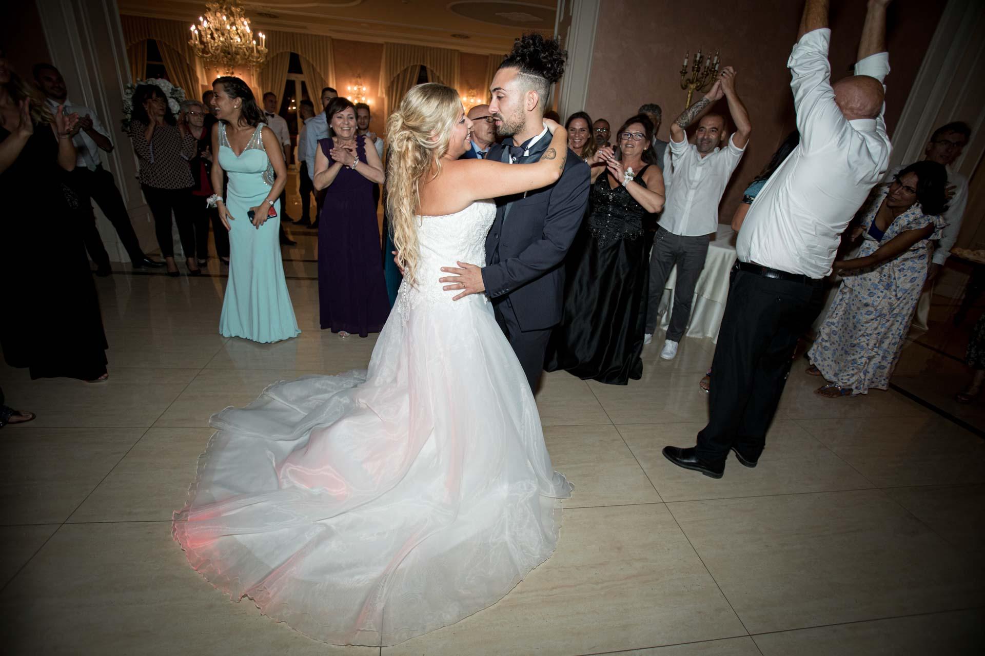 sposi ballo abbraccio ricevimento invitati