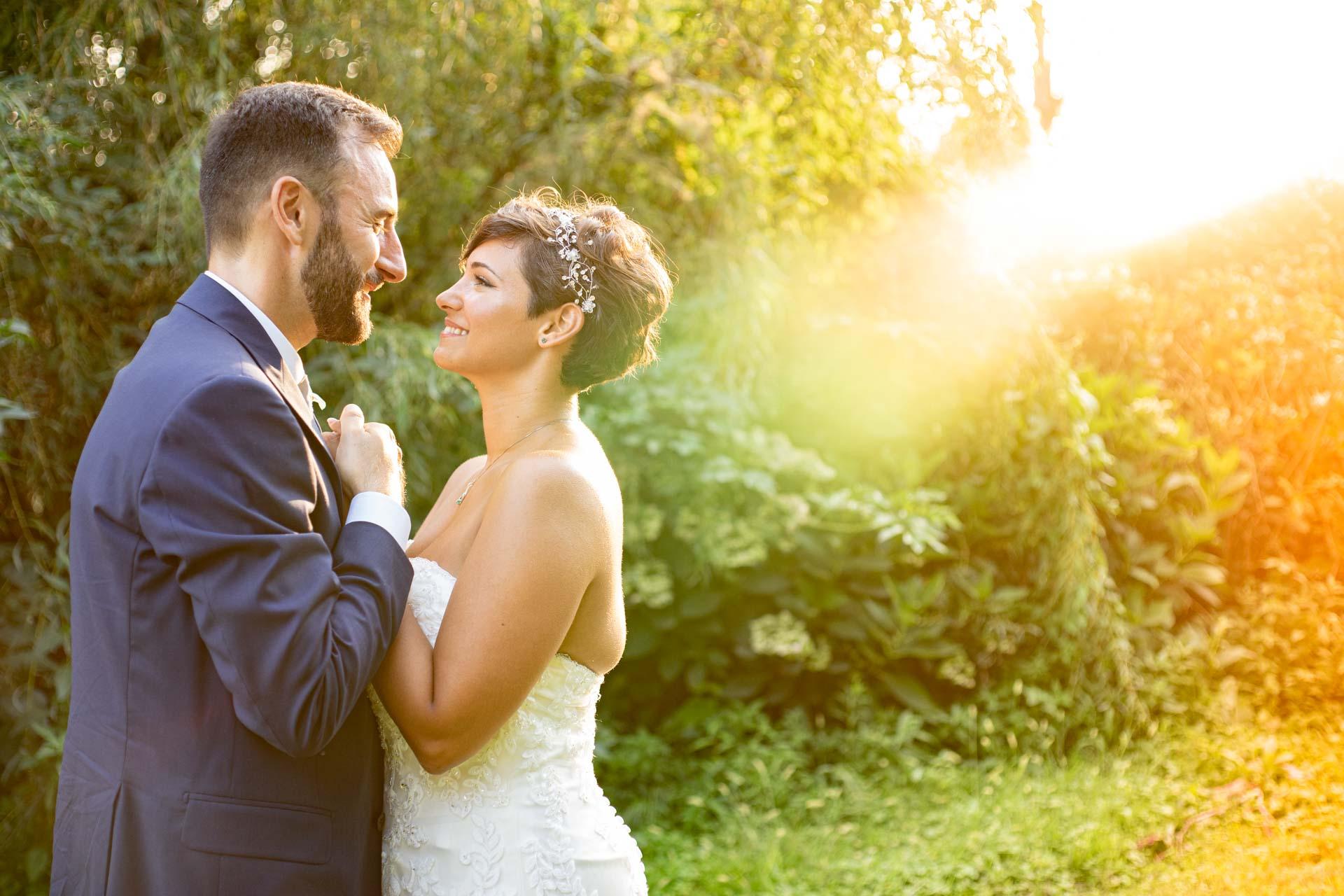 sposi abbraccio esterna sole