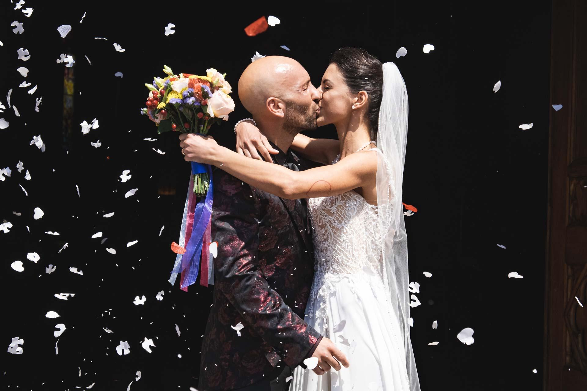 sposi bacio chiesa esterno