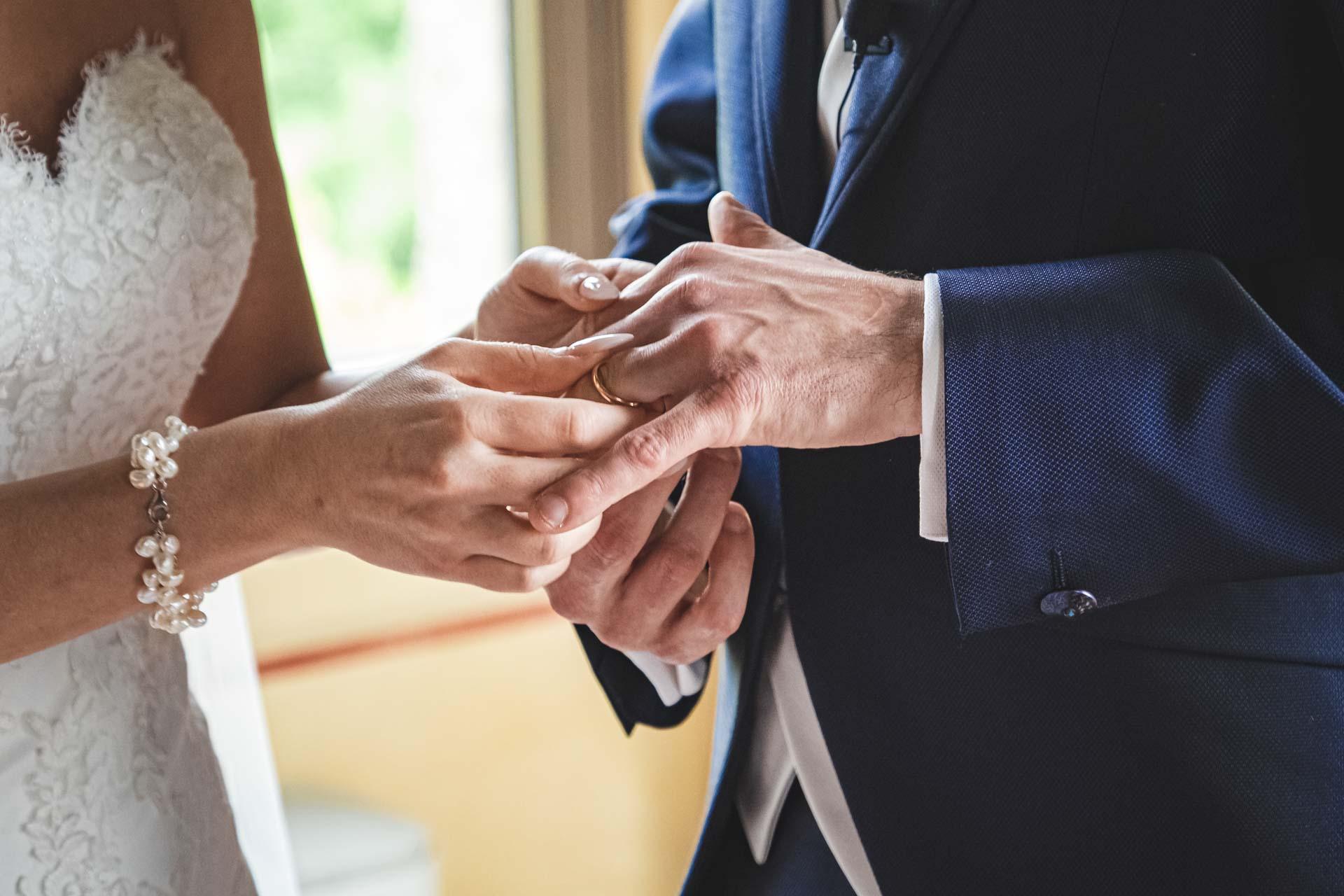 sposi matrimonio scambio fedi mani