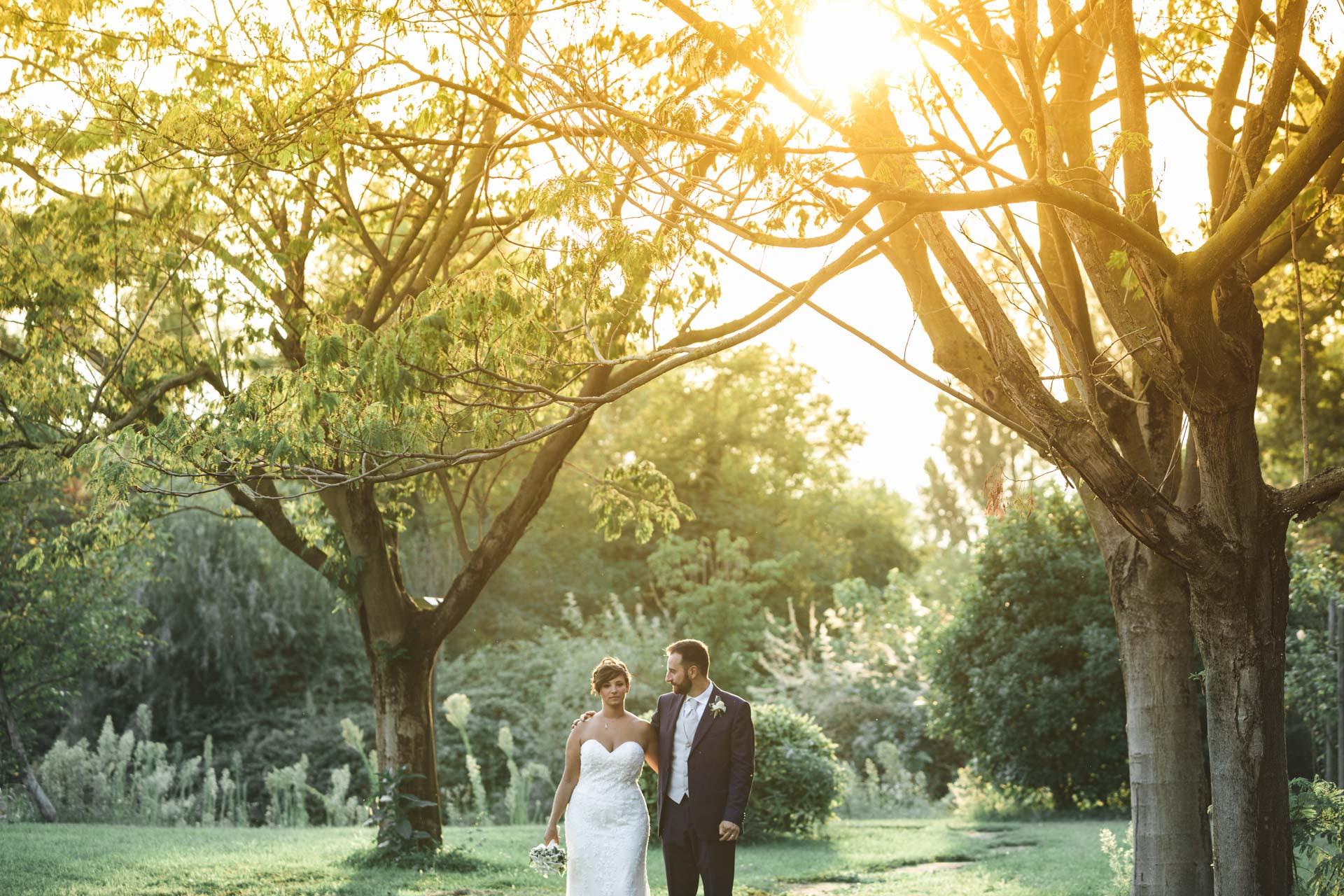 sposi abbraccio esterna alberi