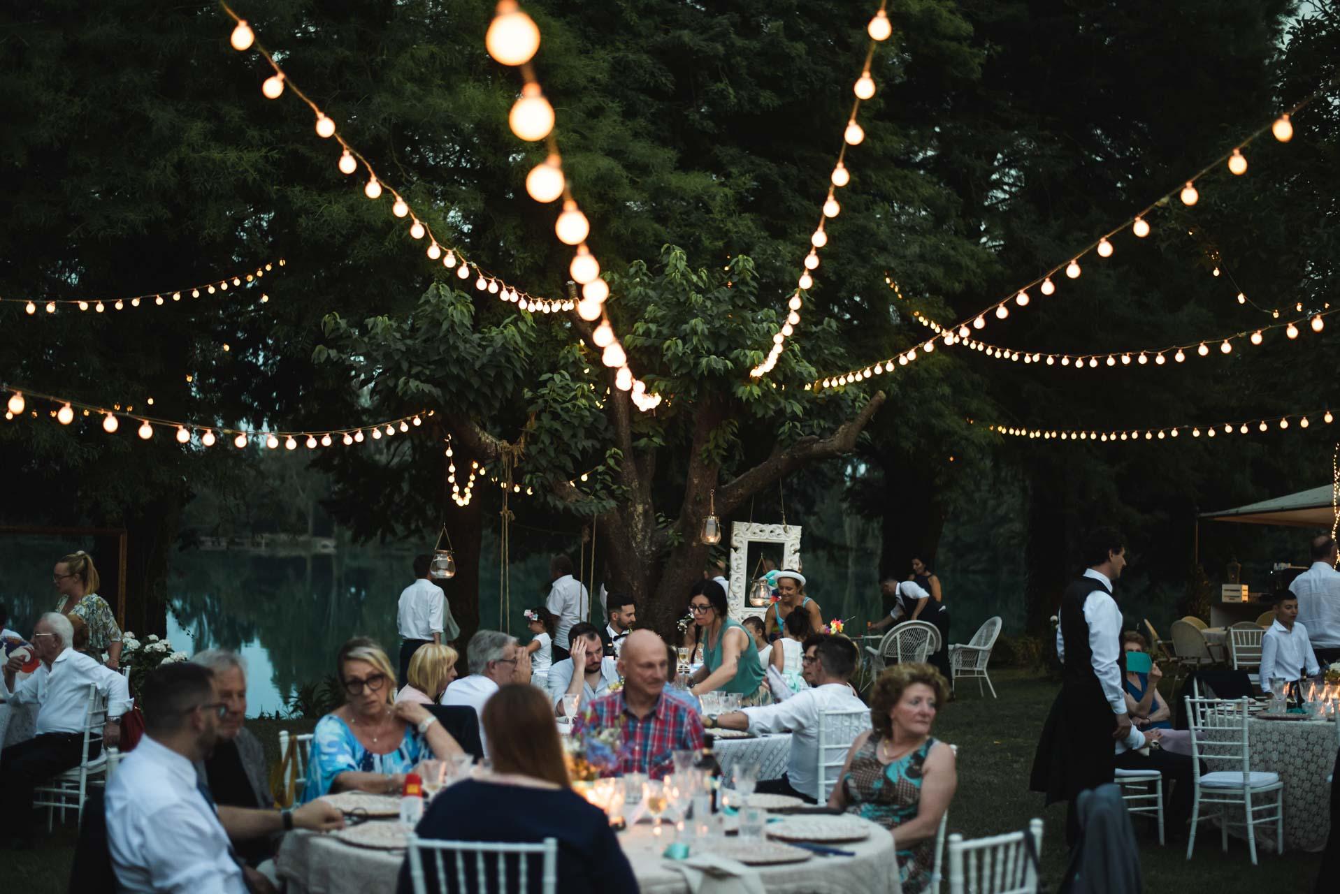 matrimonio ricevimento invitati tavoli luci