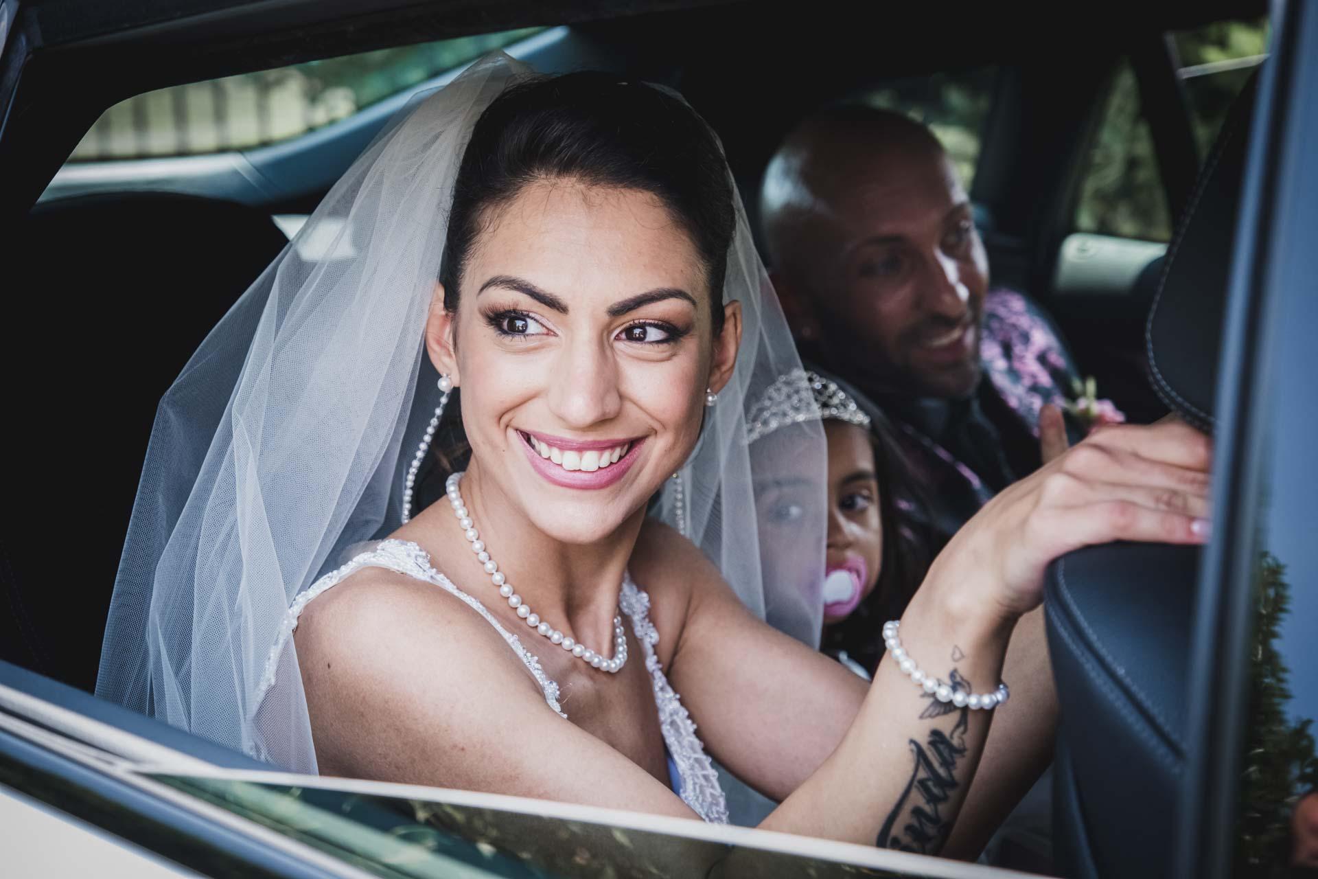 sposi famiglia auto sorriso