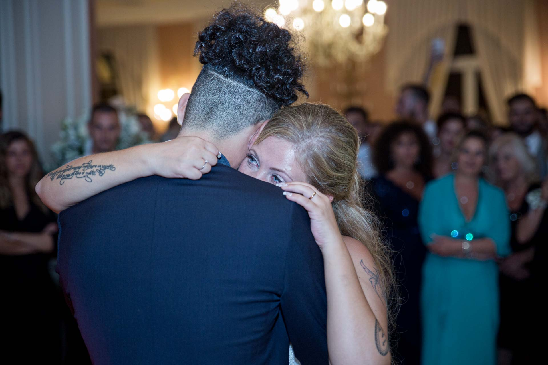 sposi abbraccio ricevimento