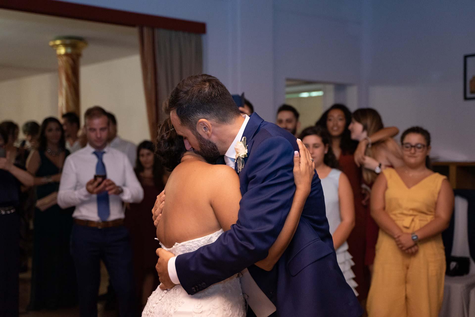 matrimonio sposi ballo abbraccio invitati
