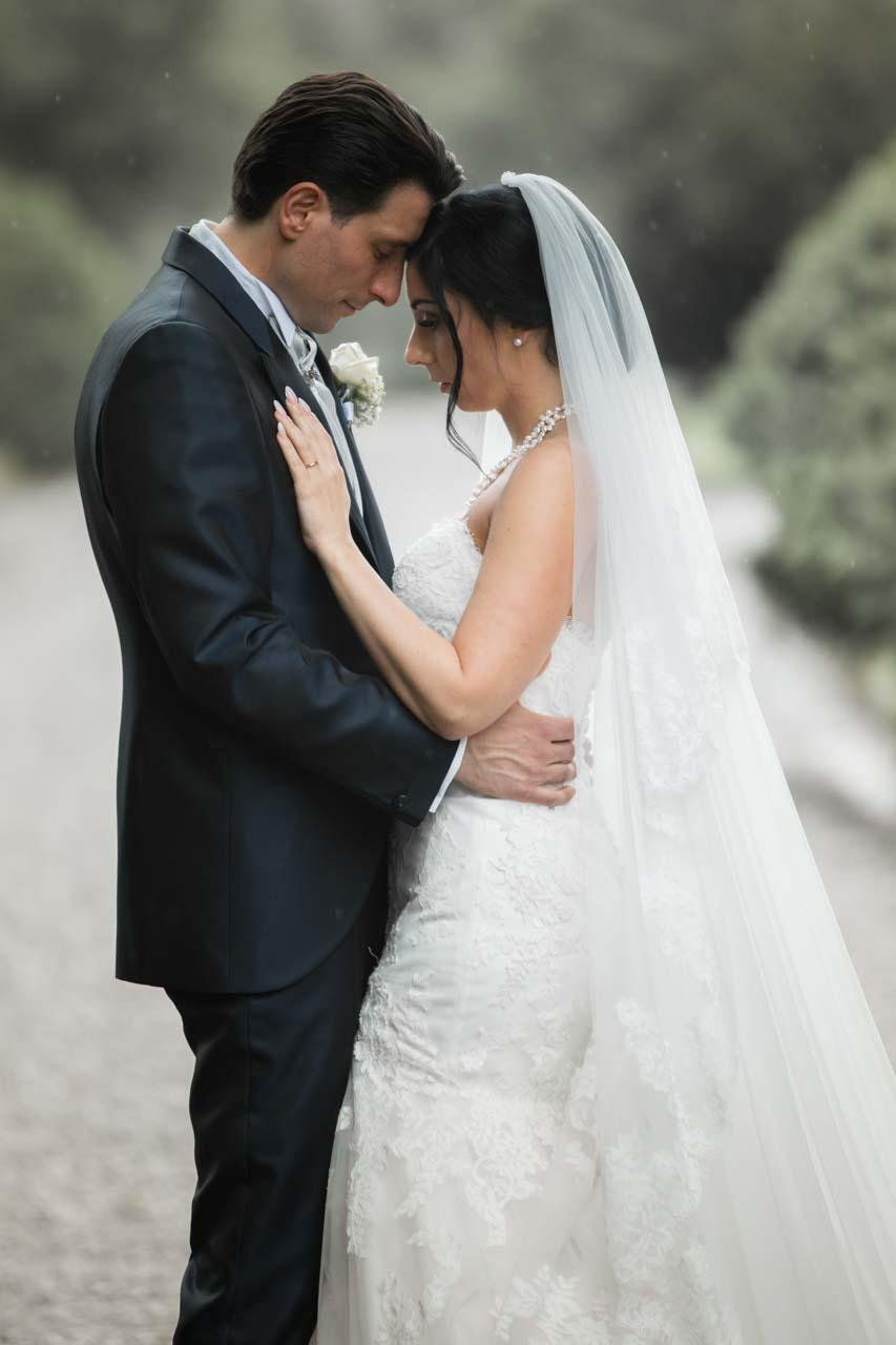 sposi profilo abbraccio
