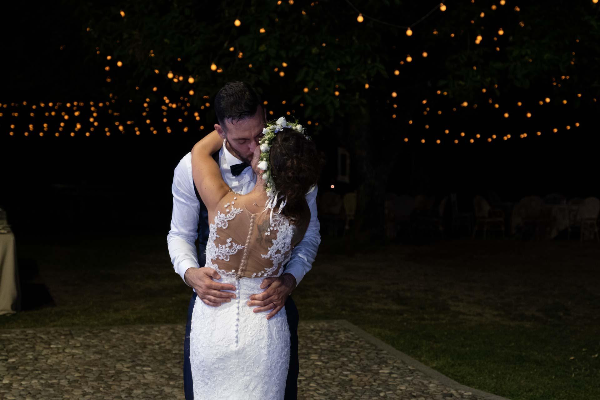 Sposi bacio notte luci esterno