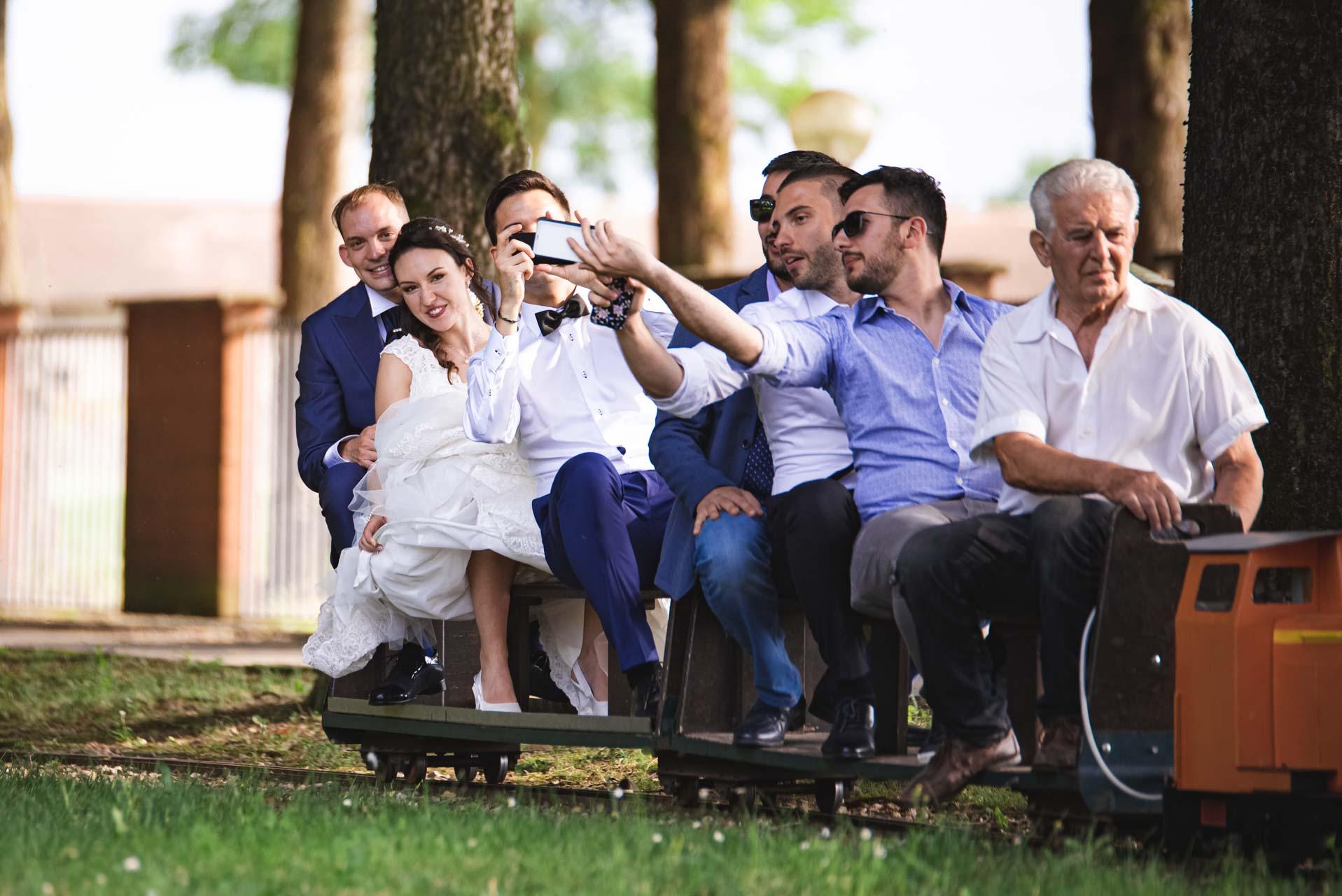 matrimonio monorotaia sposi invitati