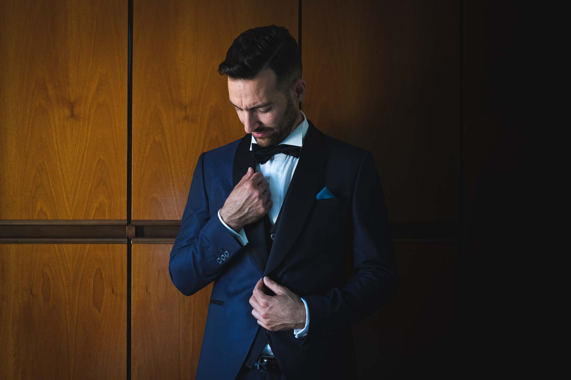 sposo giacca blu armadio