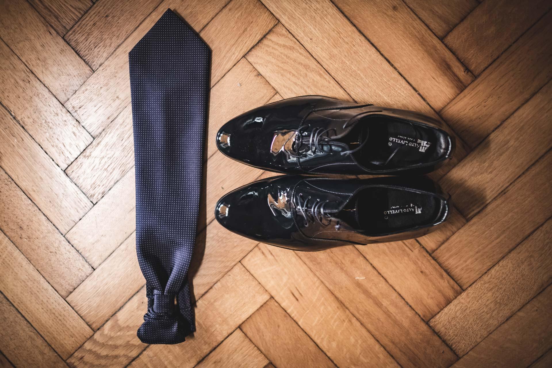 sposo particolare cravatta scarpe