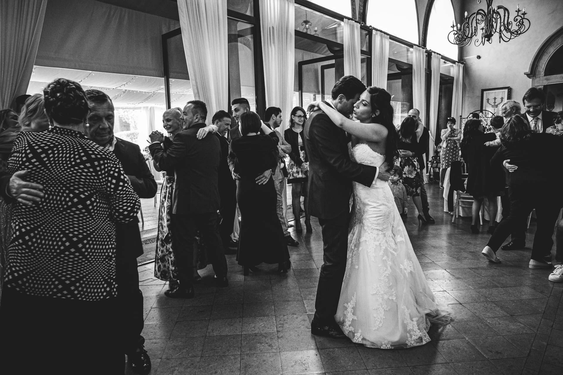 matrimonio sposi ballo ricevimento bianco e nero