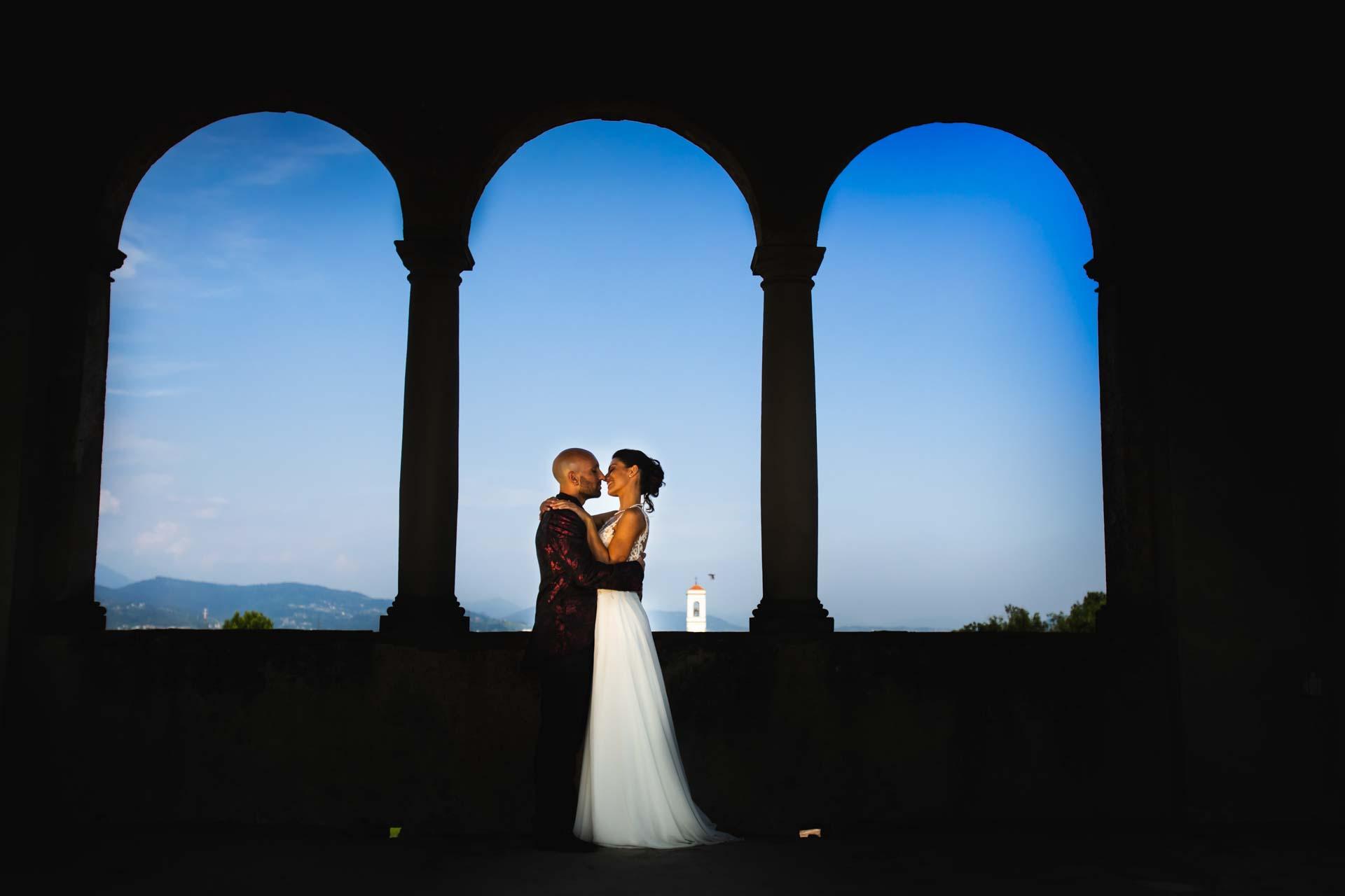 sposi abbraccio colonne tramonto